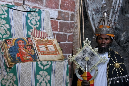 Lalibela - Sacerdote al  monastero di Nakutoleab