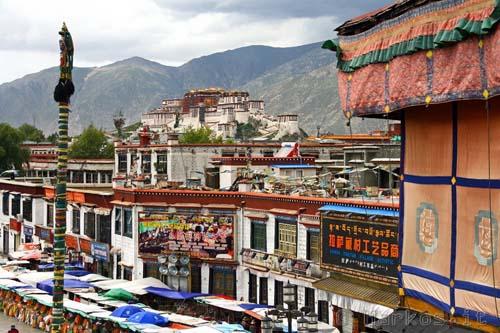 Lhasa dal  tetto del Jokhang