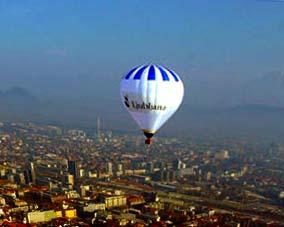 Una mongolfiera in volo sopra Lubiana