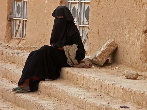 Una ragazza in strada a Tarim