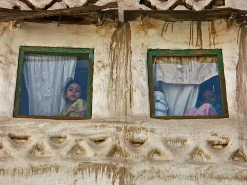 Bambini dietro il vetro di una finestra a Sana'a