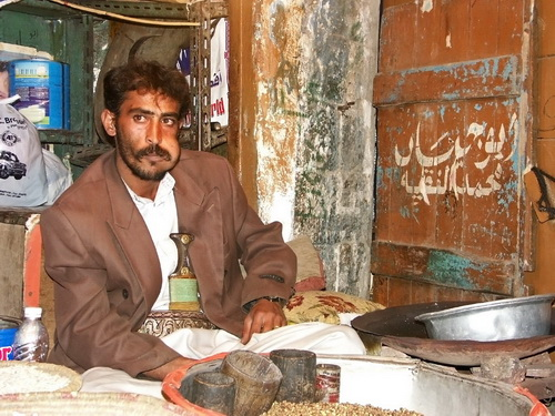 Un venditore al mercato di Sana'a mentre mastica il Qat