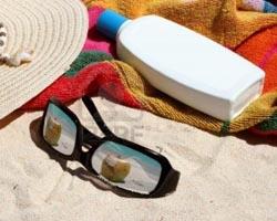 spiaggiaoggetti-come-lozione-solari-cappello-asciugamano-occhiali-da-sole-