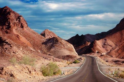 deserto rosso una-strada-percorre-il-rosso-deserto