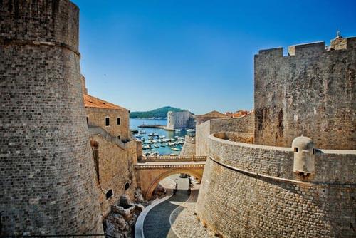 croazia a-passeggio-sulle-mura-di-dubrovnik
